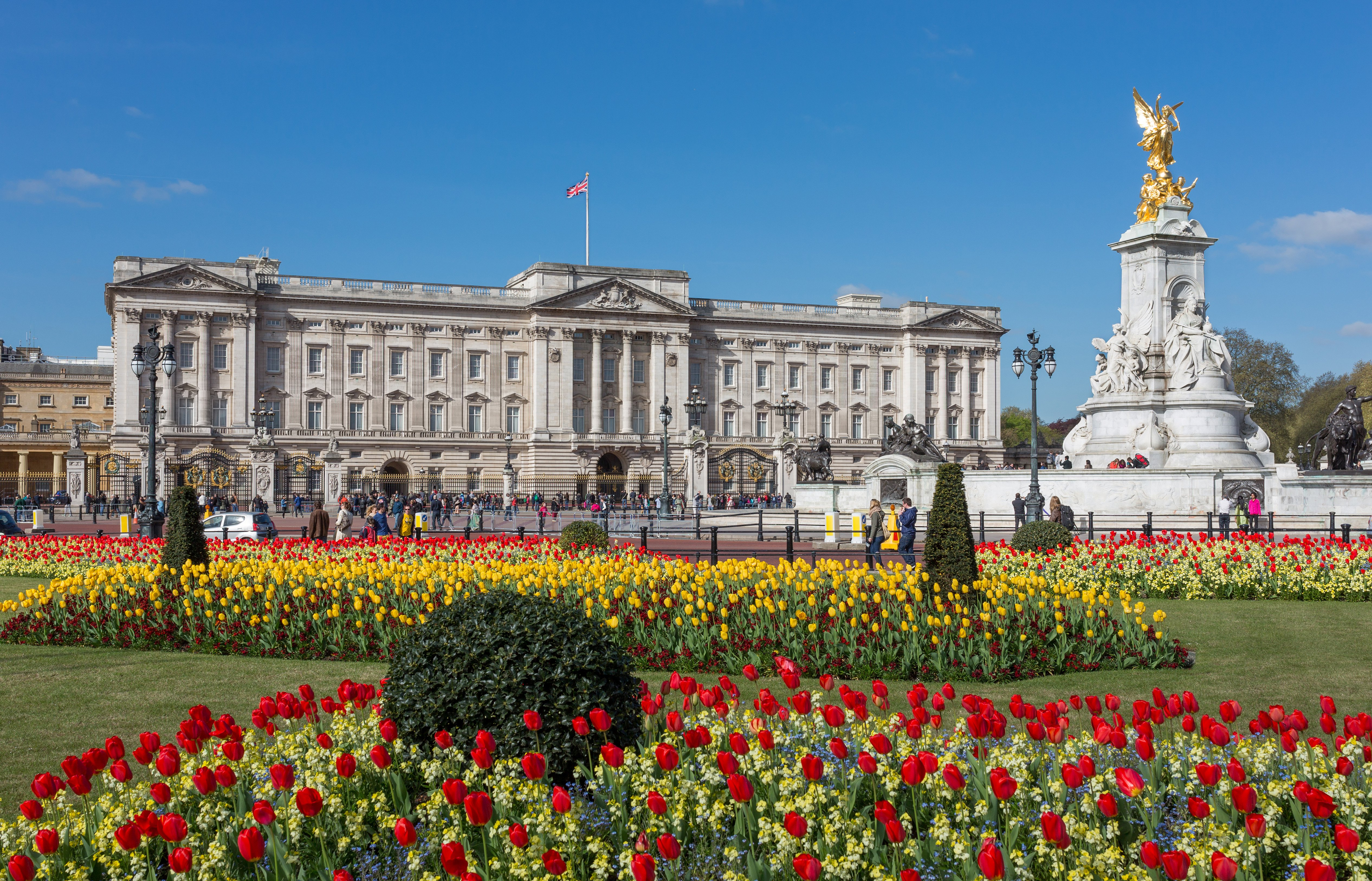 Buckingham_Palace_from_gardens,_London,_UK_-_Diliff[1]